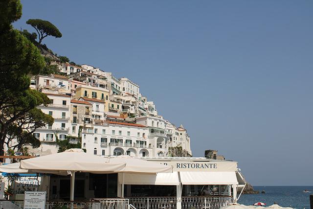 casitas-suspendidas-en-la-Costa-Amalfitana